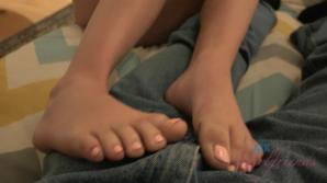 Before leaving to Hawaii you get to cum on Lily's pretty feet
